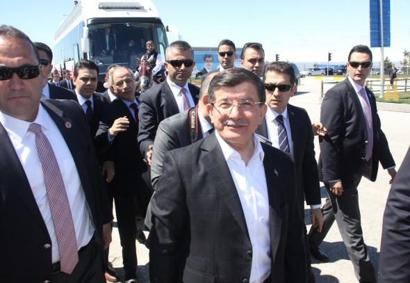 Başbakan Davutoğlu'na ciritli karşılama