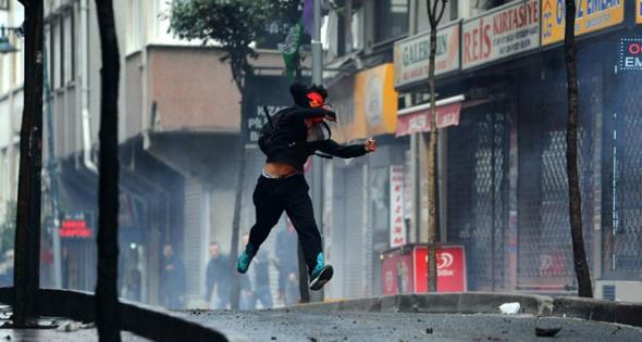 Kurtuluş'ta polise molotoflu saldırı