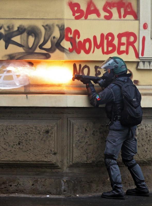 Göstericiler Milano'yu alevler içinde bıraktı