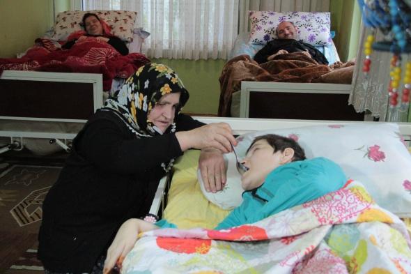 Engelli 4 çocuğuna bakan annenin fedakarlığı