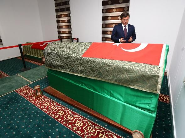 Ahmet Davutoğlu, Süleyman Şah türbesini ziyaret etti