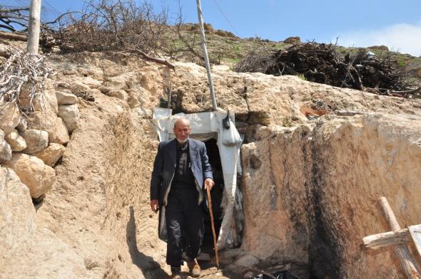 Çözüm süreciyle köylerine dönen çift mağarada yaşıyor