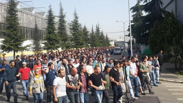 Tofaş ve Renault işçileri fabrika önünde sabahladı